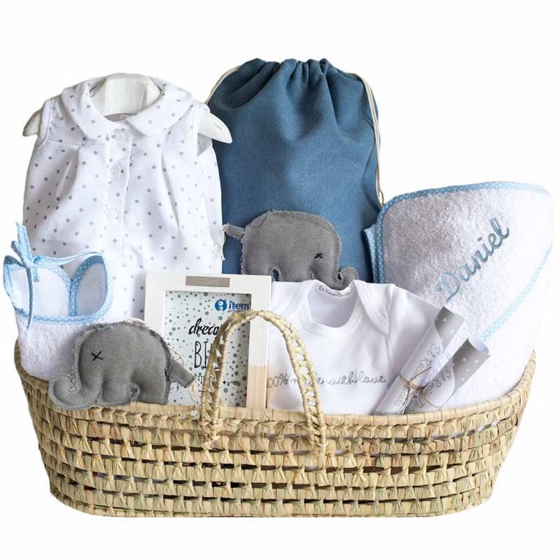 Canastilla bebé con toalla bordada con el nombre
