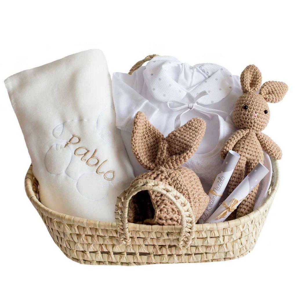 Cesta bebé con manta bordada con el nombre del bebé