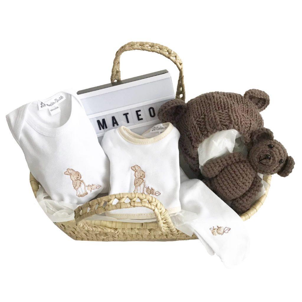 Cestas bebé de mimbre con ropa bebé