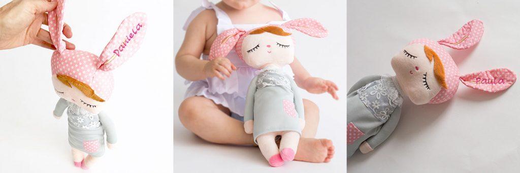 Muñeca-angela-bordada-con-nombre. Muñeca de trapo con nombre del bebé bordado en la oreja.