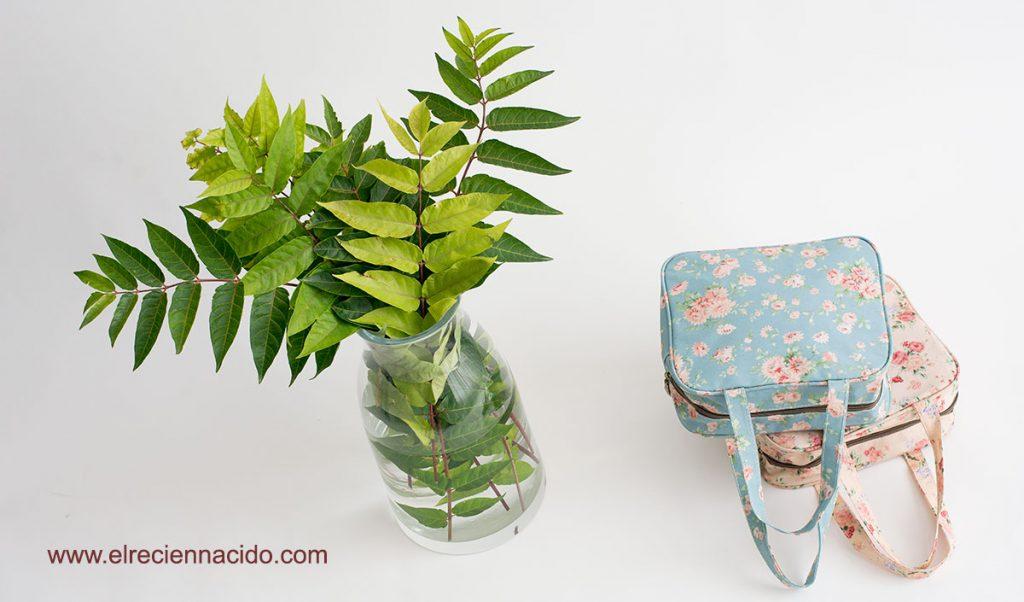 bolsas y neceseres para bebe, con motivos florales en distintos colores, con asas.