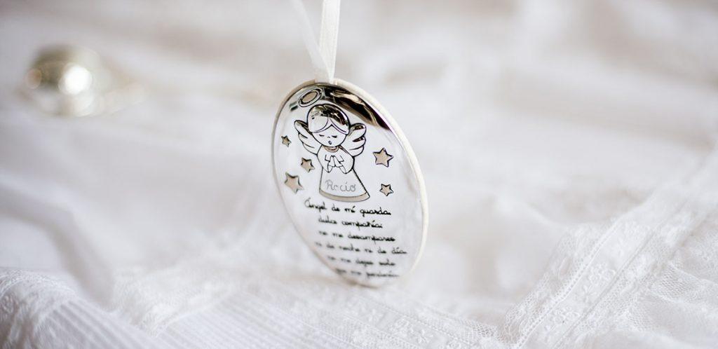 """cunero de plata. regalos bautizo. Cunero bañado en plata con angelito y la oración """"Ángel de la guarda"""""""